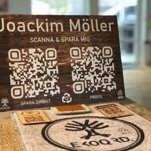 带NFC和智能QR的木质标牌连接到您的数字名片。