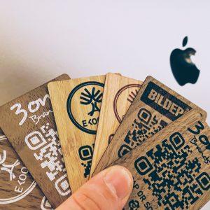 Holzvisitenkarten mit NFC- und Smart-QR-Codes, die mit dem Online-Profil verbunden sind